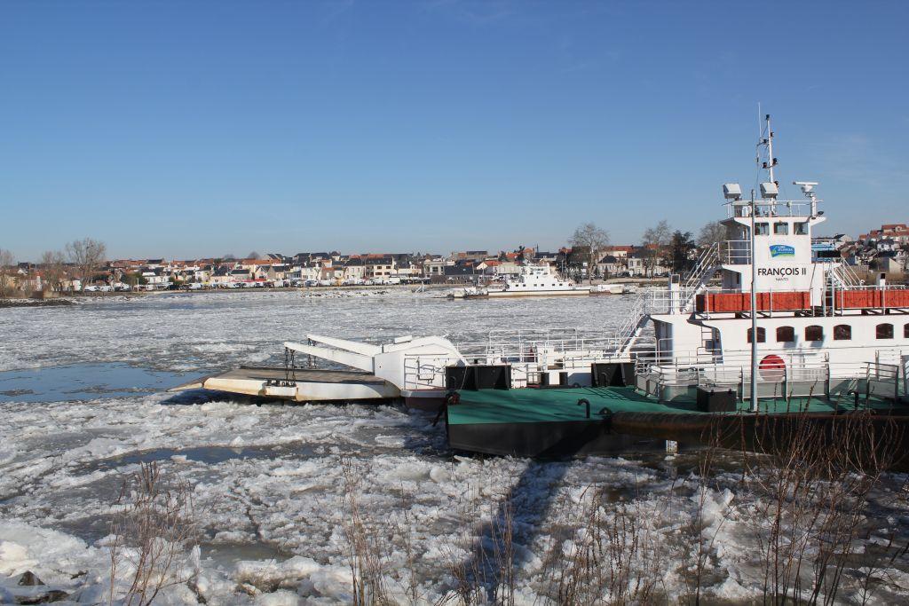 Les bacs de Loire immobilisés par la glace