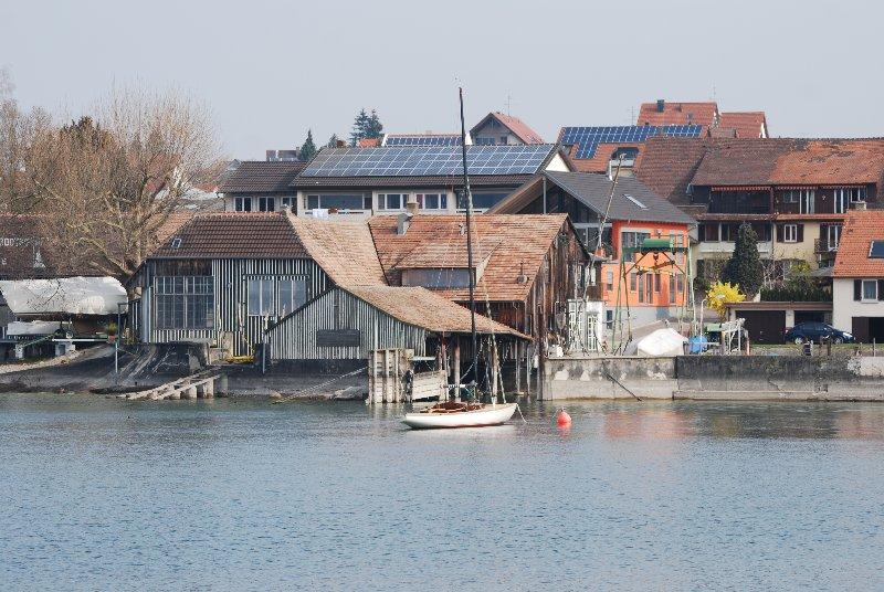 habtitat traditionnel et panneaux solaires sur les bords du Rhin