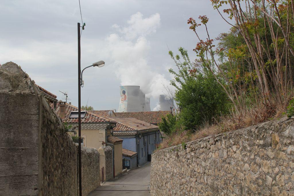 le site vu des rues du village