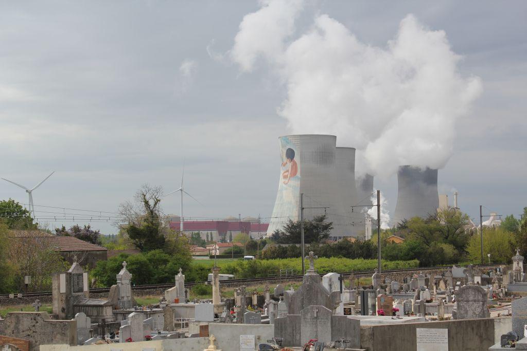 la centrale et ses tours de refroidissement