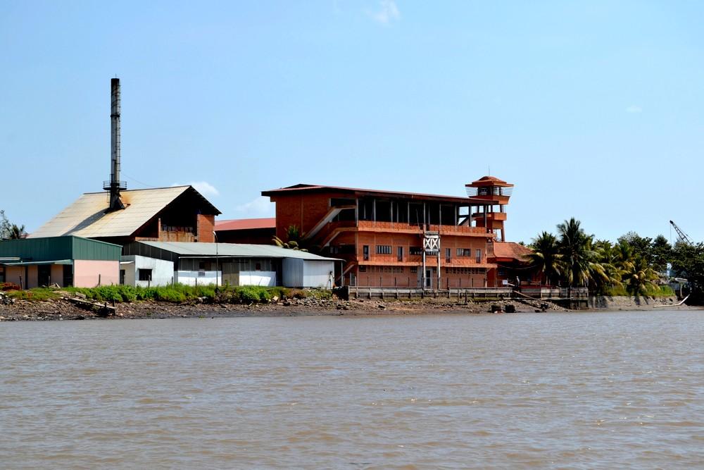 usine moderne sur le Mékong