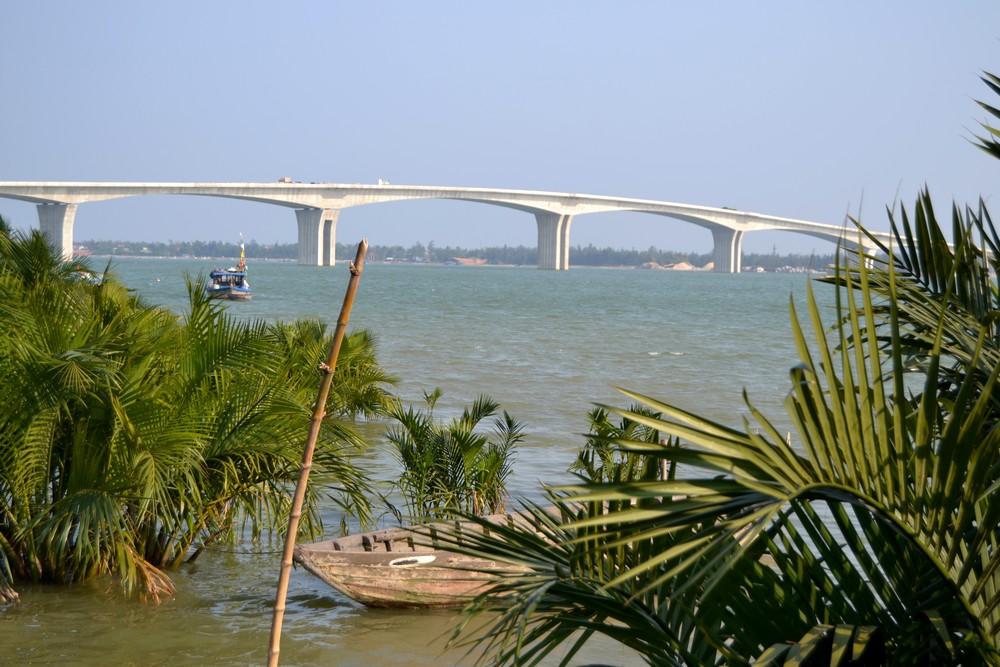 Viaduc en cours d'achèvement près de Hoi An