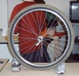 roue de vélo et chaussures de sport