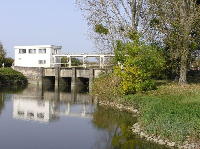 Le pont-barrage vu du canal