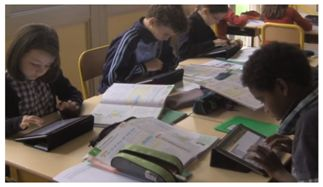 élèves et tablettes tactiles