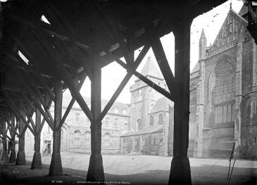 les halles d'Évron photographiées à la fin du XIXe