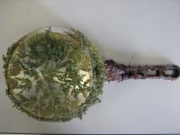 casserole et feuilles d'arbuste