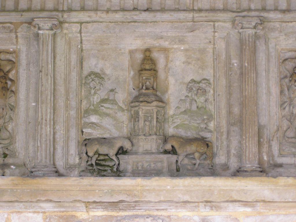 Un détail de la fontaine : les deux licornes s'abreuvant à la fontaine et la date du monument