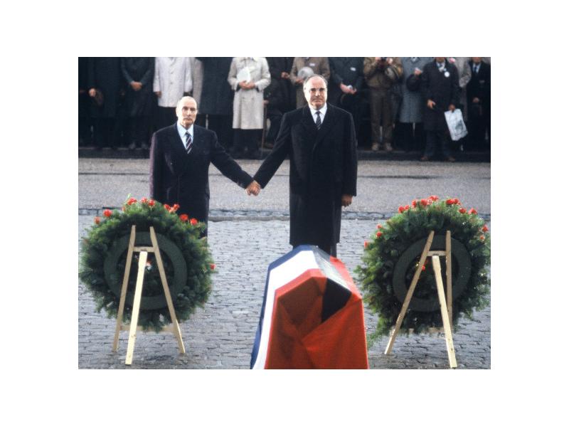 Le Président français François Mitterand et le chancelier allemand Helmut Kohl devant l'ossuaire de Douaumont en 1984
