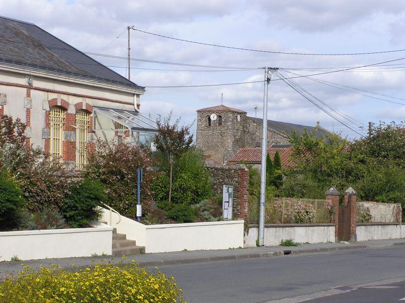 Montournais, l'ancien bureau de poste à gauche de la photo