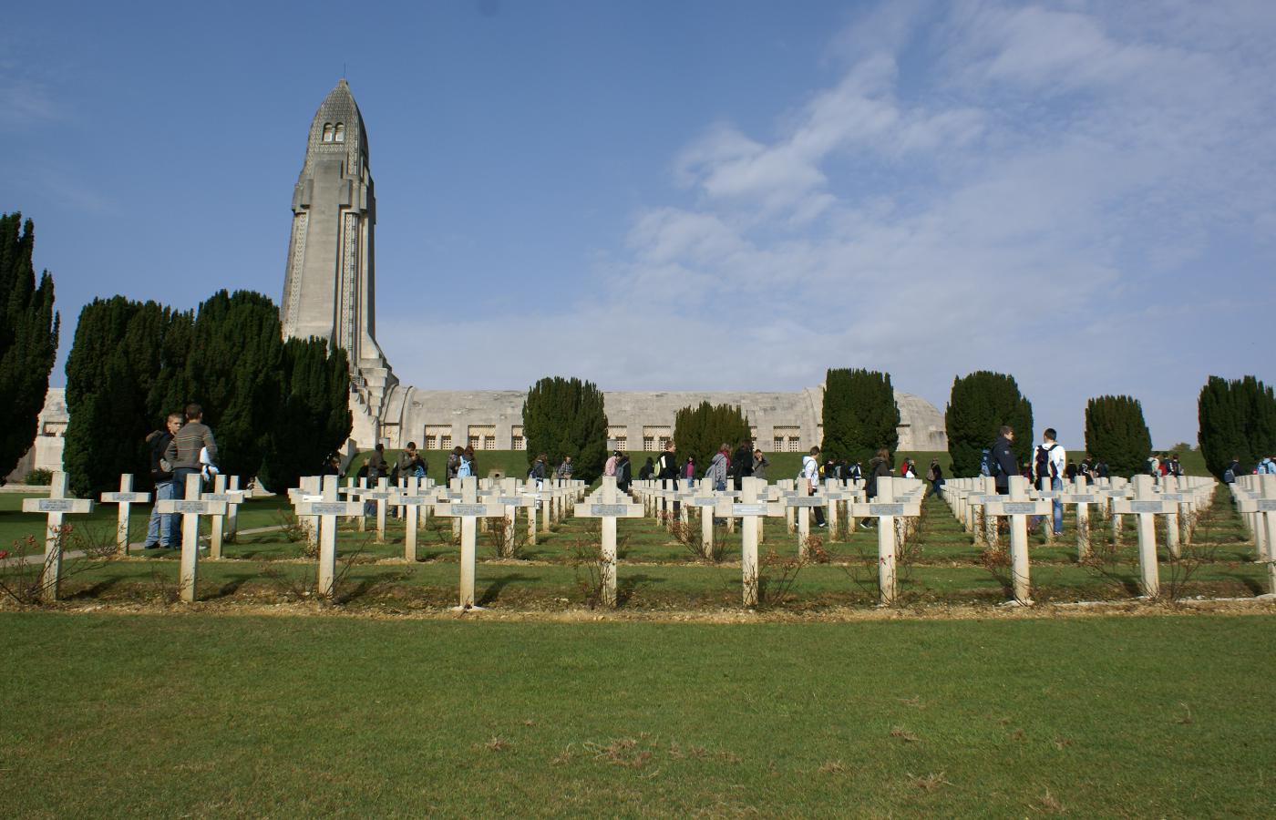 L'ossuaire de Douaumont et le cimetière militaire français (photo : N. Charles)