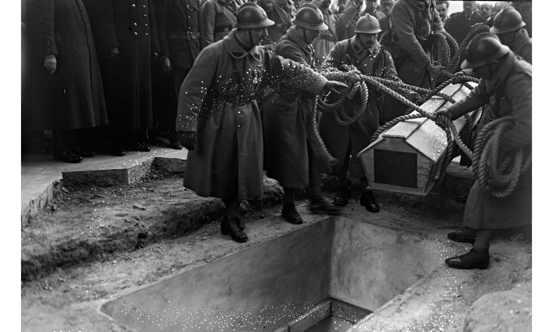 inhumation du soldat inconnu sous l'Arc de Triomphe à Paris le 28 janvier 1921